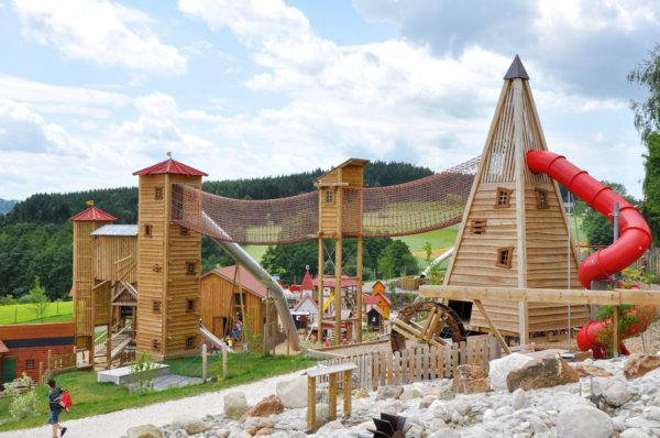 Ein komplett gestalteter Spielplatz, der mehrere Spielgeräte von Obra verbindet.