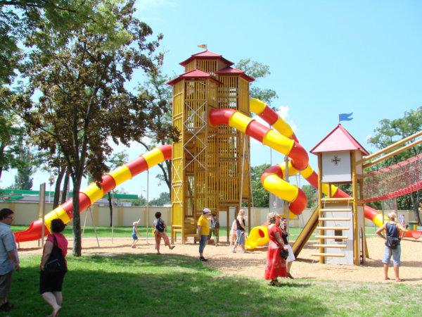 Ein Rutschenturm von Obra auf einem Spielplatz