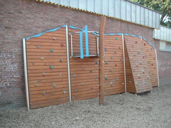 Spielgeräte aus Holz von Wissmeier: eine Kletterwand auf einem Spielplatz