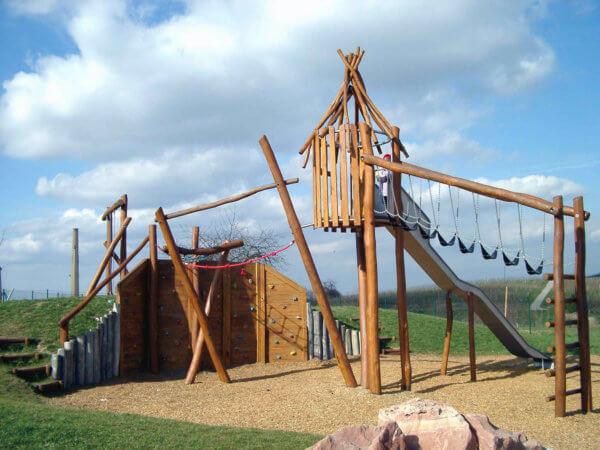 Mehrere Holz-Spielgeräte von Wissmeier sind zu einem großen Erlebnis kombiniert.