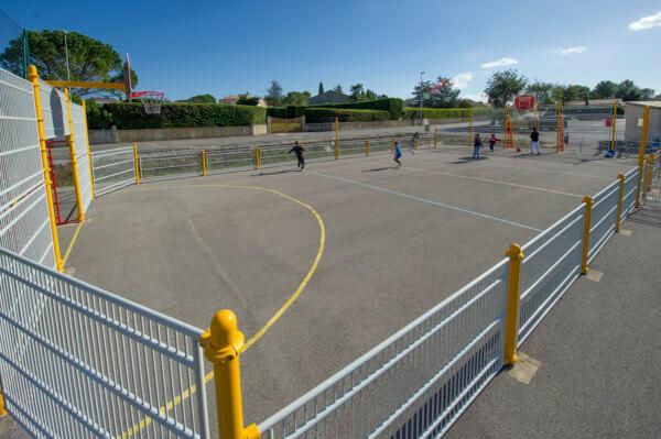 Multisportanlagen für Fußball und Basketball laden Kinder zum Spielen ein.