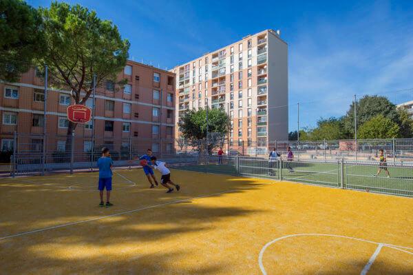 Sportgeräte für Basketball und Fußball kombiniert zu einer großen Multisportanlage.