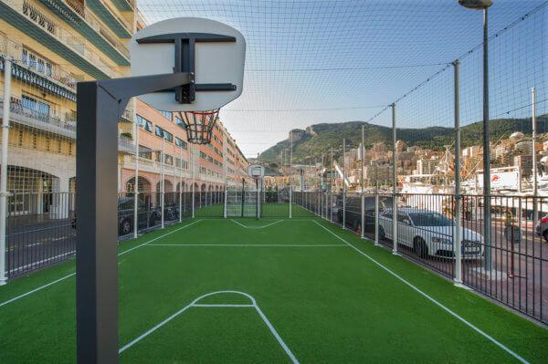 Multisportanlagen vereinen Sportgeräte für Fußball und Basketball in einem Platz.