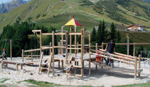 Ein simples Holz-Spielgerät auf einem Spielplatz