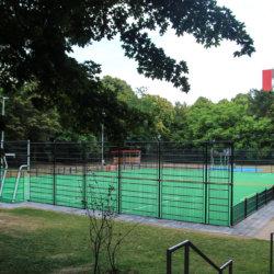 Ein kompletter Fußballplatz mit Ausstattung von ChildsPlay
