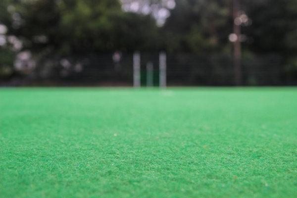 Ein grünes Teppichvlies als Bodenbelag für einen Fußballplatz.