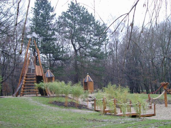 Ein kompletter Spielplatz aus Holz-Spielgeräten von Wissmeier
