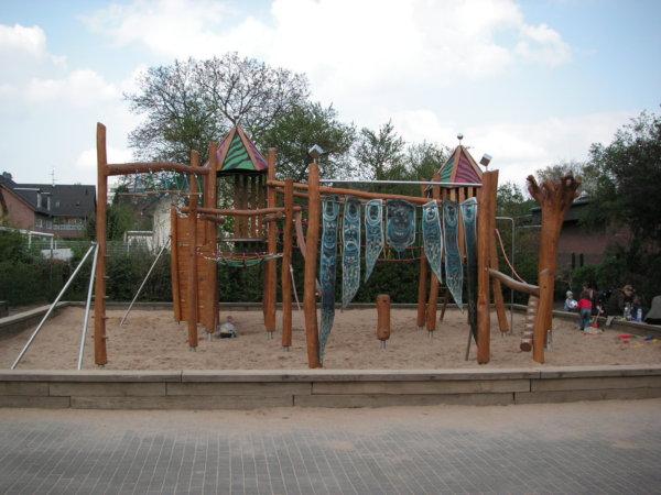 Ein kompletter Spielplatz aus Holzelementen von Wissmeier