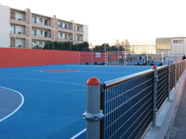 Multisportanlagen mit blauem Teppichvlies als Bodenbelag