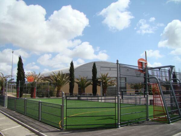 Multisportanlagen für Basketball und Fußball mit grünem Teppichvlies-Boden