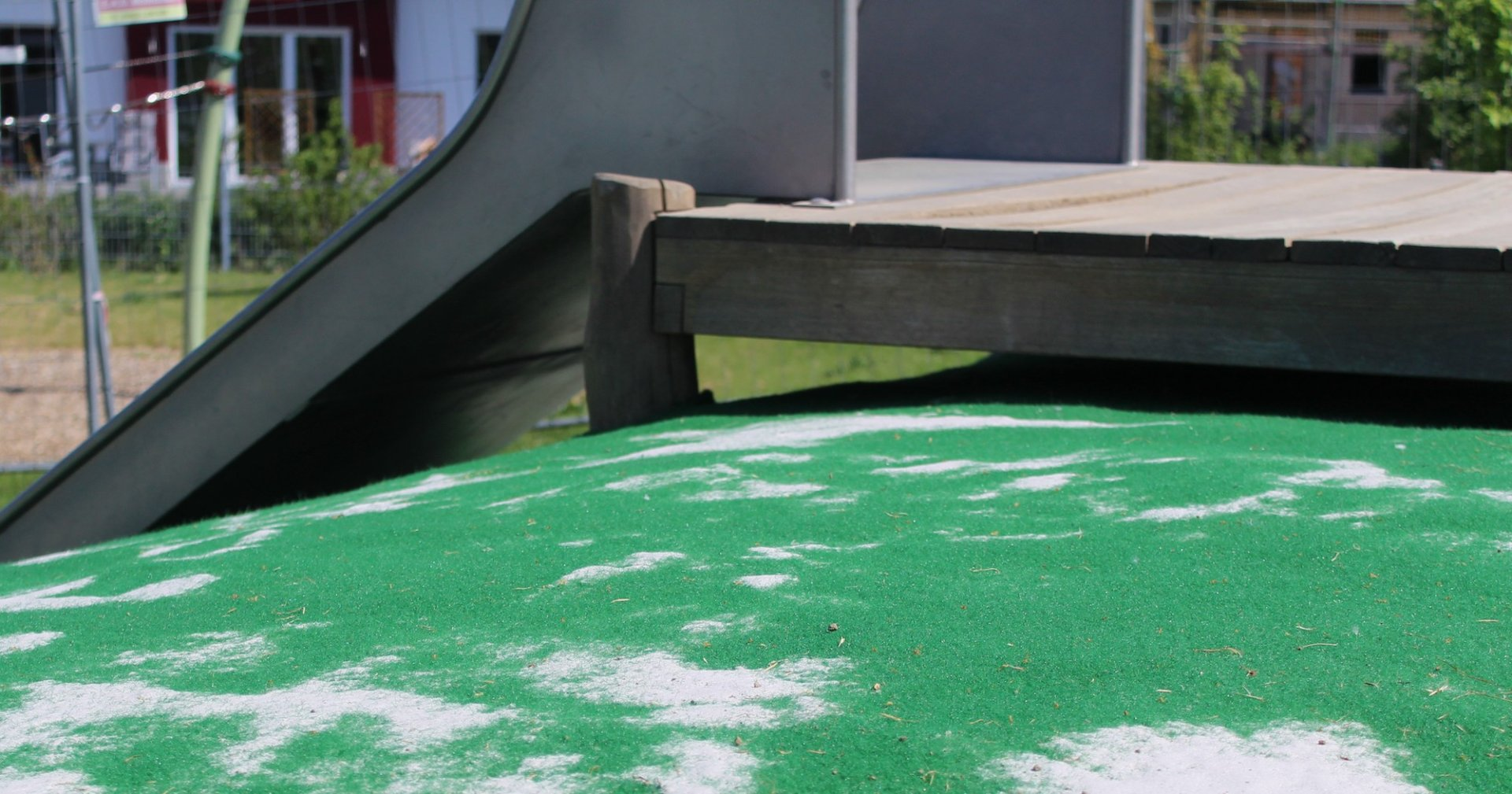 Grünes Teppichvlies von ChildsPlay bedeckt eine Hangrutsche.