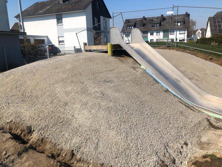Eine Betonschicht bildet die Grundlage für die Hangsicherung bei Rutschen.
