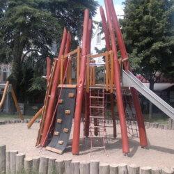 Ein Vulkan-Spielgerät auf einem Spielplatz