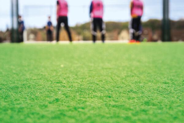 Ein grünes ChildsPlay Teppichvlies als Belag für einen Fußballplatz.