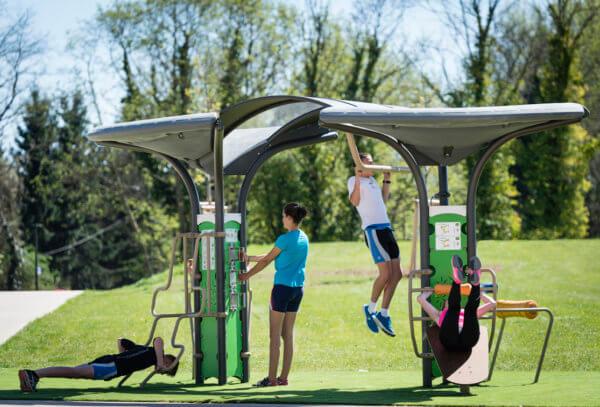 Sportgeräte für Outdoor-Fitness von Husson im Einsatz