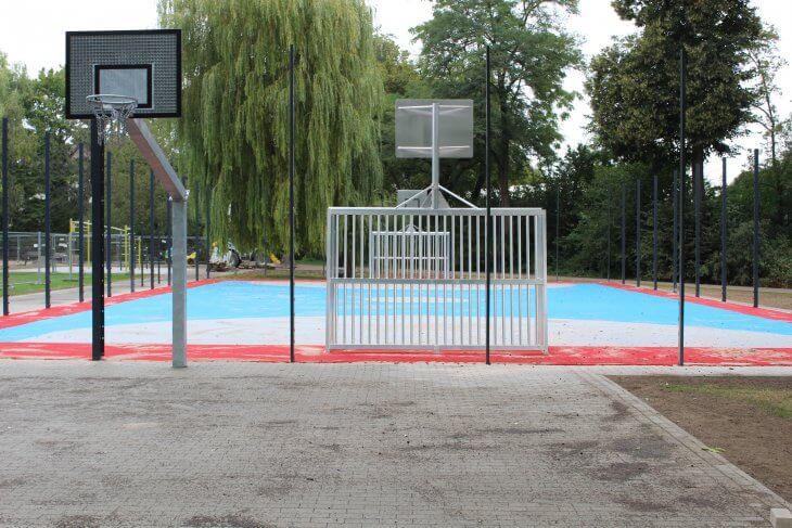 Ein Blick auf das Ballsport-Tor mit integriertem Basketballkorb.