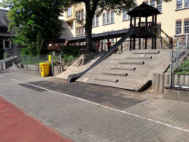 Die ursprüngliche Hangabsicherung erfolgte mit einem Holzaufbau.