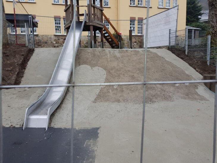 Die Grundierung eines Rutschhügels aus Beton
