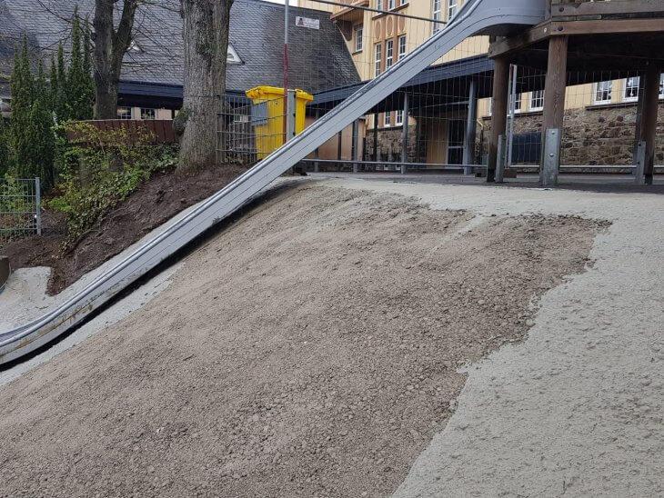 Die Grundierung der Hügelabsicherung erfolgt mit Beton.