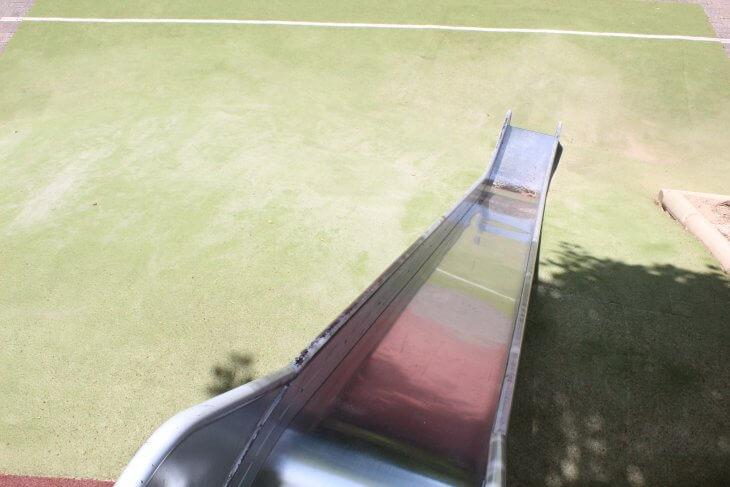 Hügelabsicherung geglückt: Die Rutsche ist mit Grasgrünem Teppichvlies verkleidet.